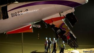 Rescuers lift the wreckage of the TransAsia ATR 72-600 oot of the Keelung river at New Taipei City on February 4, 2015