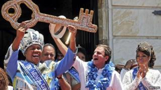 "Rio de Janeiro""s Mayor Eduardo Paes (2nd R) hands over the city""s ceremonial key to the Rei Momo, or Carnival King Wilson Neto (L) at Cidade Palace in Rio de Janeiro"