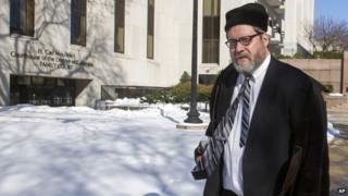 Rabbi Barry Freundel leaves the DC Superior Court House in Washington (19 February 2015)