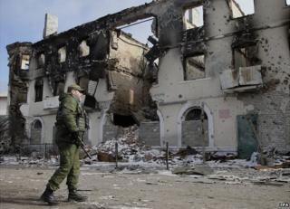 Vihlehirsk - rebel next to building ruined by shellfire