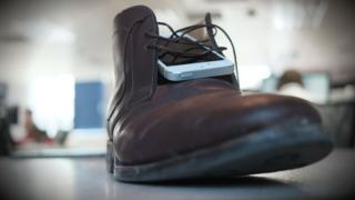 The thief hid an iPhone 5 in his shoe