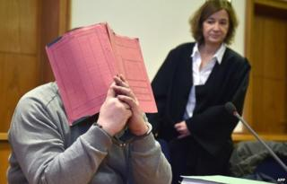 نيلز يغطي وجهه أثناء المحاكمة