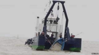 Macau's Marine and Water Bureau lift up a capsized speedboat (27 Feb 2015)