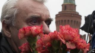 Man lays flowers at site of killing of Boris Nemtsov - 28 February
