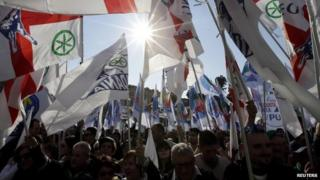 Supporters wave flags during a rally held by Northern League party leader Matteo Salvini in Rome (28 February 2015)