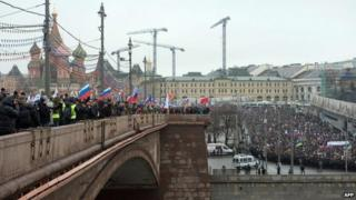 Boris Nemtsov murder: Thousands pay tribute in Moscow