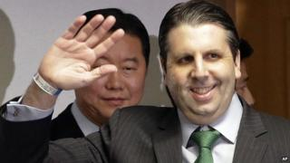 U.S. Ambassador to South Korea Mark Lippert waves as he arrives to hold a press conference before being discharged from Severance Hospital in Seoul, South Korea, Tuesday, March 10, 2015.