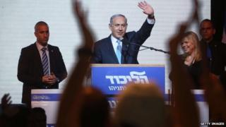 """Israeli Prime Minister Benjamin Netanyahu (C) delivers a speech next to his wife Sara as he reacts to exit poll figures in Israel""""s parliamentary elections late 17 March 2015"""