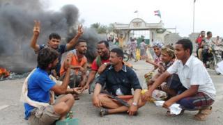 Troops loyal to renegade General Abdel Hafedh al-Sakkaf in Aden (23/03/15)
