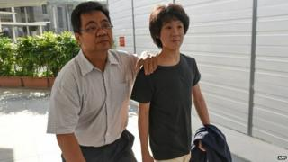Amos Yee arrives at court with his father in Singapore (31 March 2015)