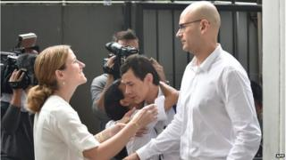 Neil Bantleman (R) is met by his wife Tracy Bantleman are met by their wives at court in Jakarta, Indonesia (2 April 2015)