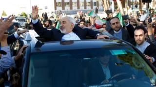 Iranians welcome Foreign Minister Mohammad Javad Zarif upon his return to Tehran (3 April 2015)