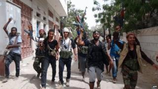Militiamen loyal to Yemen's president battling Houthi rebels in Aden (8 April 2015)