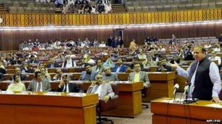 Pakistani Prime Minister Nawaz Sharif (R) addresses the joint session of parliament in Islamabad ( 7 April, 2015)