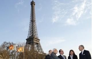 """French Defence minister Jean-Yves Le Drian, Indian Prime Minister Narendra Modi, French President Francois Hollande, Paris Mayor Anne Hidalgo and Foreign Affairs minister Laurent Fabius sail pass the Eiffel tower a """"bateau mouche"""" boat on the Seine River in Paris, on April 10, 2015"""