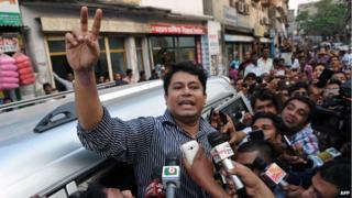 Relative of Muhammad Kamaruzzaman outside Dhaka prison (11 April)
