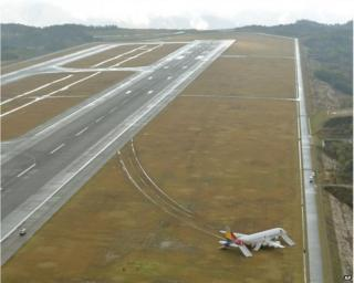 Asiana Airbus 320 on the Hiroshima runway (15 April 2015)