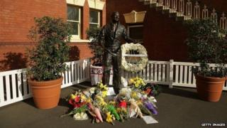 Tributes at the statue of Richie Benaud at Sydney Cricket Ground (11 April 2015)
