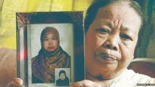 Karni Binti Medi Tarsim's mother with a photograph of her daughter in the town of Brebes (16 April 1015)