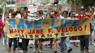 Filipino protesters hold placards protesting the planned execution of Mary Jane Veloso in Makati, Philippines, 24 April 2015