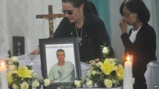Relatives with the coffin of Brazilan Rodrigo Gularte in Jakarta (29 April 2015)