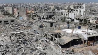Heavily damaged buildings in the eastern Gaza City district of Shejaiya (15 April 2015)