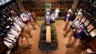 Richard III coffin being lowered in to tomb