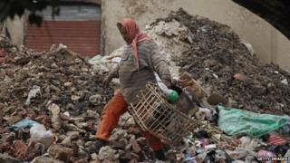 A man collects rubbish at a market in Cairo (24 January 2012)