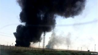 Smoke billows from Baiji oil refinery (June 2014)