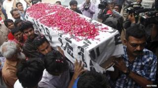 Relatives carry the coffin of Saulat Mirza, who was sentenced to death by anti-terrorism court in 1999 for killing three people and hanged on Tuesday, after his body arrived in Karachi, Pakistan, May 12, 2015.