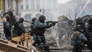 Riot police firing rubber bullets in Kiev's Maidan clashes, Feb 2014