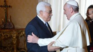 Palestinian President Mahmoud Abbas with Pope Francis at the Vatican (16 May 2015)