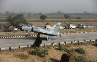 A Mirage 2000 fighter jet of the Indian air force landed on an expressway connecting the capital, Delhi with Agra on early on Thursday.