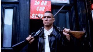 Mae ffilmiau fel 'Lock Stock and Two Smoking Barrels' gyda Vinny Jones wedi gwneud gangsters yn apelgar i rai