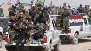 Iraqi security forces personnel and militiamen near Nibai, in Anbar province (26 May 2015)