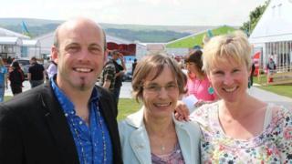 Jane Harries (canol) gyda Craig Owen a Manon Defis wrth gyhoeddi'r cynllun yng Nghaerffili