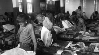 Niños aborígenes en un internado en Canadá en 1950.