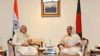 Indian Prime Minister Mahendra Modi (left) with Bangladeshi Prime Minister Sheikh Hasina (06 June 2015)
