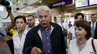 Spain's former Prime Minister Felipe Gonzalez (C) talks to the media next to Antonieta Mendoza (L), mother of jailed opposition leader Leopoldo Lopez and Mitzy de Ledezma, wife of arrested Caracas metropolitan mayor Antonio Ledezma, upon his arrival at the Simon Bolivar airport in Caracas, June 7, 2015.