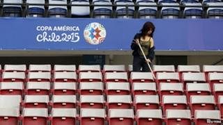 A woman cleans Chile's National Stadium in Santiago (09/06/2015)