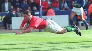 Scott Gibbs yn croesi'r linell yn y gêm yn erbyn Lloegr yn 1999. Enillodd Cymru 32-31