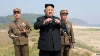 Foto divulgada pela agência de notícias norte-coreana em 2014 mostrando o líder Kim Jong-un inspecionando o lançamento de um foguete