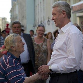 Moscow's acting mayor Sergei Sobyanin speaks with people at Nikolskaya street, Moscow, on 21 August