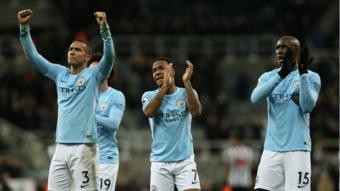 لاعبو سيتي يحتفلون مع مشجعيهم بعد مباراة نيوكاسل