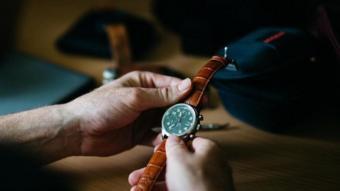 ساعة يدوية من تصميم ماثيو رايت