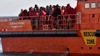 مجموعة من المهاجرين على سفينة إنقاذ إسبانية