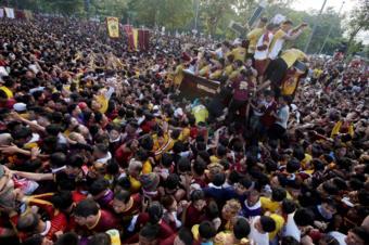 Crowds in Manila surround the Black Nazarene statue (9 Jan 2019)