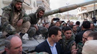 الأسد مع الجنود