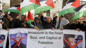 فلسطينيون يحتجون على زيارة بنس