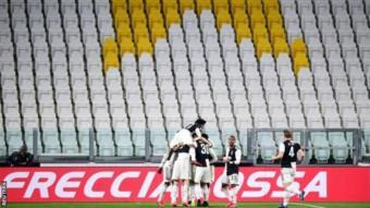 احتفال للاعبي بتسجيلهم هدفاً ضد إنتر ميلان